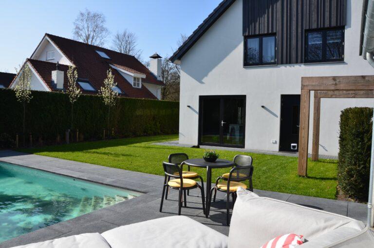 drijvers-oisterwijk-verbouwing-exterieur-interieur-particulier-modern-gemoderniseerd-houten-gevel-spanten-zwembad-wit-stucwerk-pannendak (33)
