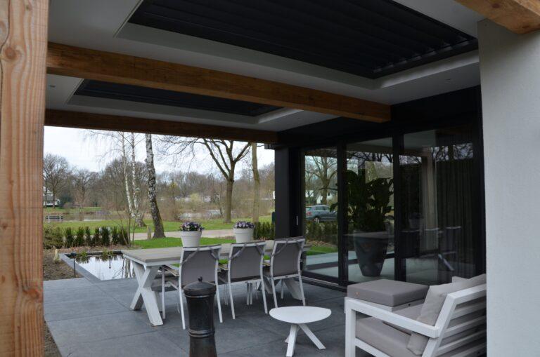 drijvers-oisterwijk-verbouwing-exterieur-interieur-particulier-modern-gemoderniseerd-houten-gevel-spanten-zwembad-wit-stucwerk-pannendak (4)