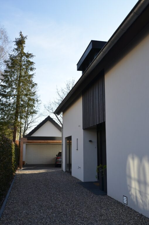 drijvers-oisterwijk-verbouwing-exterieur-interieur-particulier-modern-gemoderniseerd-houten-gevel-spanten-zwembad-wit-stucwerk-pannendak (7)