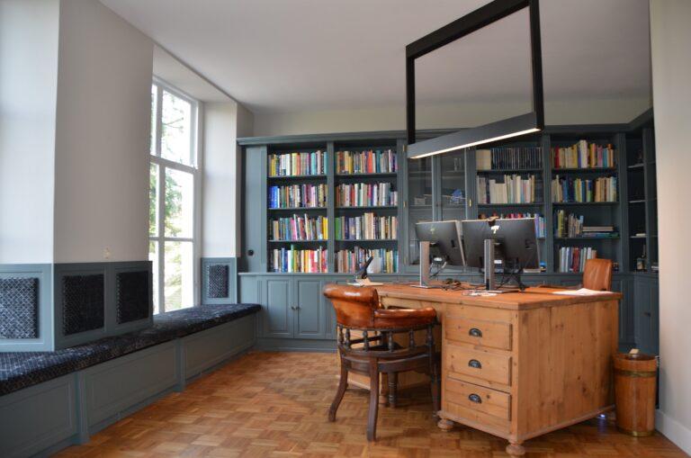 drijvers-oisterwijk-interieur-verbouwing-modern-landelijk-particulier-behang-openhaard-marmer-keuken-woonkamer-bruintinten-armaturen (11)