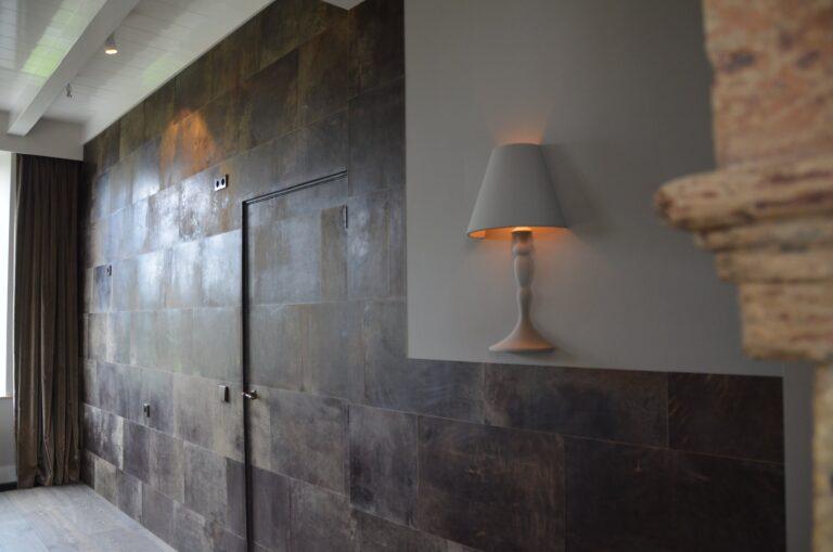 drijvers-oisterwijk-interieur-verbouwing-modern-landelijk-particulier-behang-openhaard-marmer-keuken-woonkamer-bruintinten-armaturen (13)