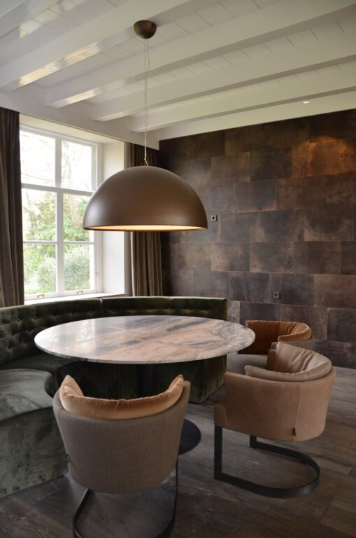 drijvers-oisterwijk-interieur-verbouwing-modern-landelijk-particulier-behang-openhaard-marmer-keuken-woonkamer-bruintinten-armaturen (15)