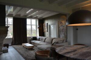 drijvers-oisterwijk-interieur-verbouwing-modern-landelijk-particulier-behang-openhaard-marmer-keuken-woonkamer-bruintinten-armaturen (20)