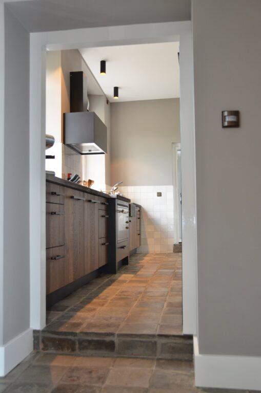 drijvers-oisterwijk-interieur-verbouwing-modern-landelijk-particulier-behang-openhaard-marmer-keuken-woonkamer-bruintinten-armaturen (22)