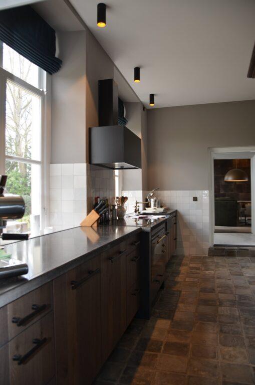 drijvers-oisterwijk-interieur-verbouwing-modern-landelijk-particulier-behang-openhaard-marmer-keuken-woonkamer-bruintinten-armaturen (23)