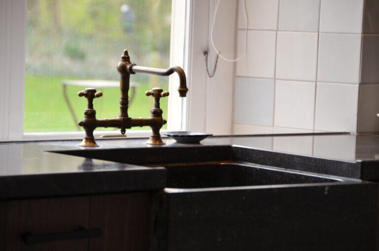 drijvers-oisterwijk-interieur-verbouwing-modern-landelijk-particulier-behang-openhaard-marmer-keuken-woonkamer-bruintinten-armaturen (25)