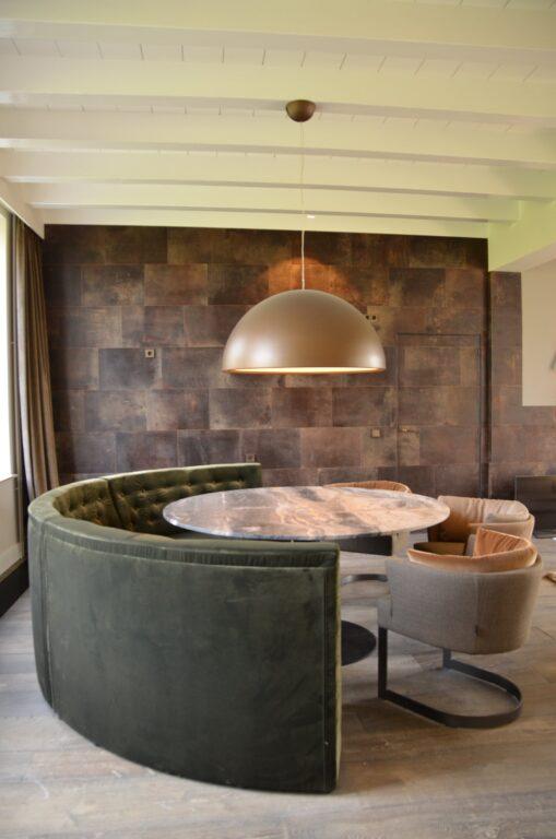 drijvers-oisterwijk-interieur-verbouwing-modern-landelijk-particulier-behang-openhaard-marmer-keuken-woonkamer-bruintinten-armaturen (28)