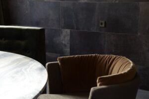 drijvers-oisterwijk-interieur-verbouwing-modern-landelijk-particulier-behang-openhaard-marmer-keuken-woonkamer-bruintinten-armaturen (3)