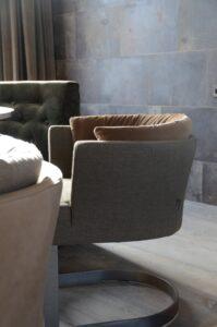 drijvers-oisterwijk-interieur-verbouwing-modern-landelijk-particulier-behang-openhaard-marmer-keuken-woonkamer-bruintinten-armaturen (4)