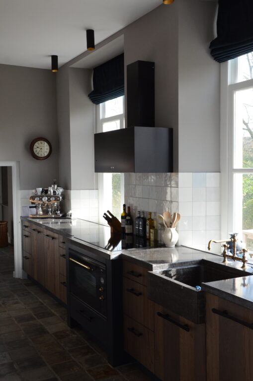 drijvers-oisterwijk-interieur-verbouwing-modern-landelijk-particulier-behang-openhaard-marmer-keuken-woonkamer-bruintinten-armaturen (6)